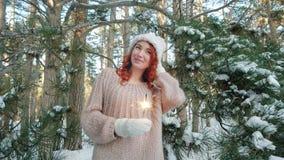 Belle fille pendant l'hiver dans les bois, nature d'hiver, fille tenant un cierge magique, conte de fées d'hiver clips vidéos