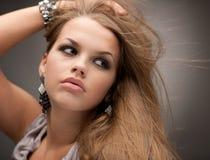 Belle fille posant avec le bijou Photographie stock libre de droits