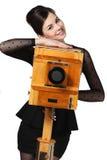 Belle fille posant avec le vieil appareil-photo Images stock