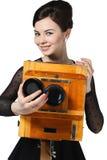 Belle fille posant avec le vieil appareil-photo Photo libre de droits