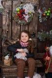 Belle fille posant dans des décorations de Noël Photos stock