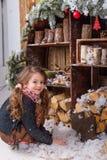 Belle fille posant dans des décorations de Noël Image stock