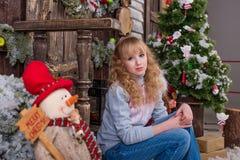 Belle fille posant dans des décorations de Noël Image libre de droits