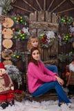 Belle fille posant dans des décorations de Noël Images libres de droits