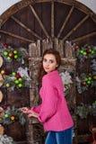 Belle fille posant dans des décorations de Noël Images stock