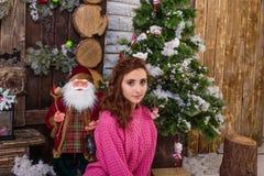 Belle fille posant dans des décorations de Noël Photographie stock libre de droits