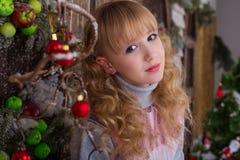 Belle fille posant dans des décorations de Noël Photographie stock