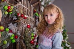 Belle fille posant dans des décorations de Noël Photos libres de droits