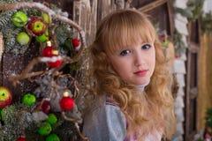 Belle fille posant dans des décorations de Noël Photo libre de droits