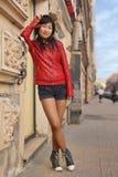 Belle fille posant près du mur Image stock
