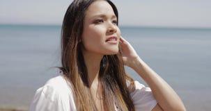 Belle fille posant sur la plage banque de vidéos