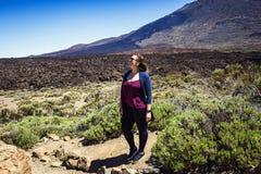 Belle fille posant sur le fond du volcan de Teide, Tener photographie stock