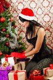 Belle fille près d'un arbre de Noël Photographie stock