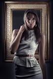 Belle fille près de miroir Photo libre de droits