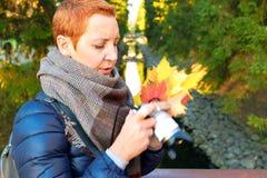 Belle fille prenant des photos de paysage d'automne images libres de droits