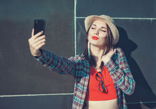 Belle fille prenant la photo d'elle-même, selfie Image stock