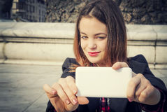 Belle fille prenant le selfie dans la ville urbaine Photo libre de droits