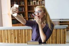 Belle belle fille prenant Selfie avec Smartphone Photographie stock