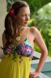 Belle fille rêvante sur le balcon dans un bain de soleil jaune Image libre de droits