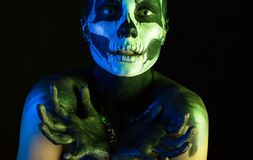 Belle fille rampante avec le maquillage squelettique images stock