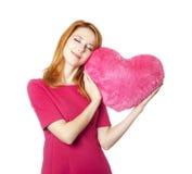 Belle fille red-haired avec le coeur de jouet Images libres de droits