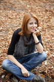 Belle fille red-haired en stationnement d'automne Photographie stock