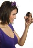 Belle fille regardant dans le miroir image stock