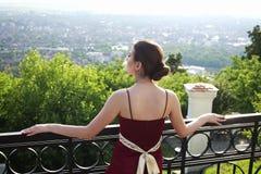 Belle fille regardant le panorama de la ville photos libres de droits