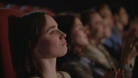 Belle fille regardant le spectacle de théâtre Femme applaudissant dans le théâtre clips vidéos