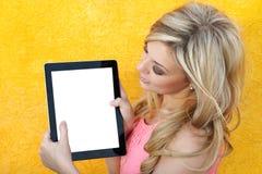 Belle fille retenant la tablette Images libres de droits