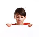 Belle fille retenant un panneau blanc vide Photos stock