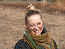 Belle fille riant infectieux en nature au printemps photo libre de droits