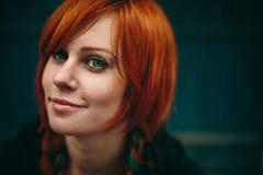 Belle fille rouge de cheveux avec les yeux vert-foncé Photos libres de droits