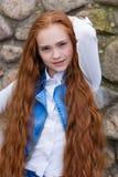 Belle fille rousse avec de longs cheveux jusqu'aux genoux Photos libres de droits