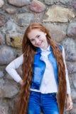 Belle fille rousse avec de longs cheveux jusqu'aux genoux Photographie stock