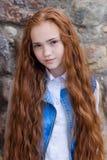 Belle fille rousse avec de longs cheveux jusqu'aux genoux Photographie stock libre de droits