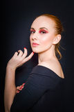 Belle fille rousse avec le maquillage rose et peau lisse à la taille sur un fond foncé Photos stock