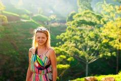 Belle fille rousse avec les temples rasés riant avec bonheur dans la perspective des montagnes Image stock