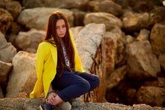 Belle fille rousse détendant dans le port Image stock