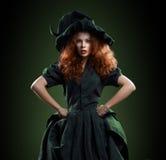 Belle fille rousse dans la sorcière de costumes photos stock