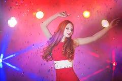Belle fille rousse dans une danse de boîte de nuit Image libre de droits