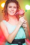 Belle fille rousse dans une danse de boîte de nuit Photographie stock