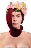 Belle fille rousse en fleurs sur un fond blanc Images libres de droits