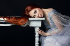 Belle fille rousse avec le portrait parfait de femme de longs cheveux sur le fond noir Cheveux magnifiques et yeux profonds  Images stock