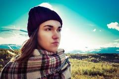 Belle fille russe dans un chapeau et un grand ciel bleu photo stock