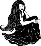 Belle fille s'asseyant avec les cheveux débordants Photos stock