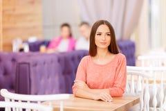 Belle fille s'asseyant dans le café Image stock