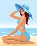Belle fille s'asseyant dans le chapeau sur la plage de mer Photos stock