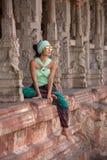 Belle fille s'asseyant entre les colonnes Image stock