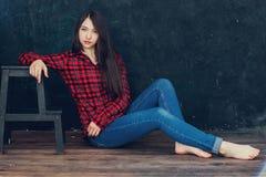 belle fille s'asseyant près de la chaise Photo libre de droits